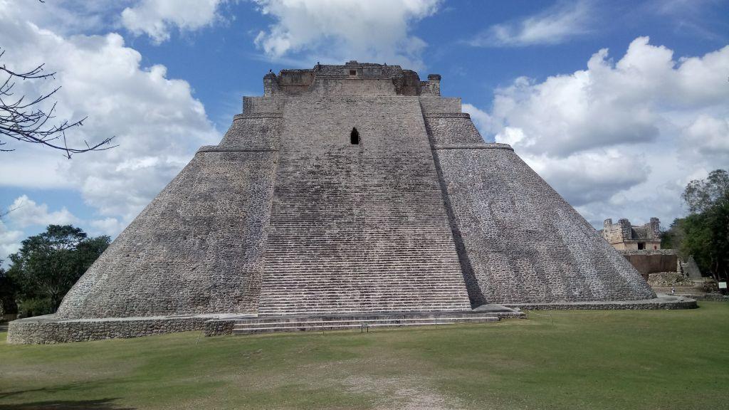 L'L'imposante pyramide du magicien dés l'entrée.